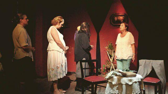 Historia. Cuatro hermanas que viven una existencia maniatada por los mandatos familiares.
