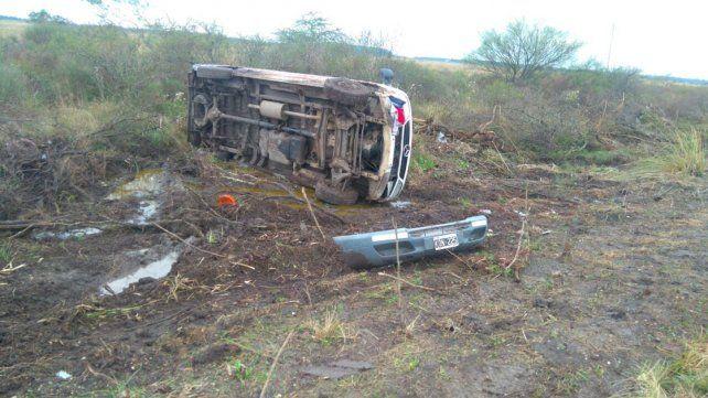 Perdió el control de la camioneta y volcó en la ruta provincial 2