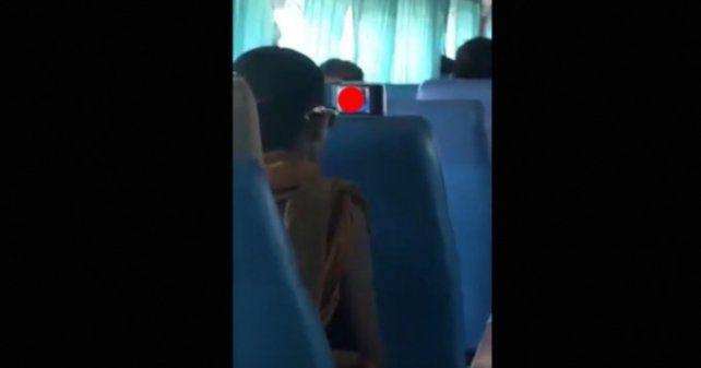 Un monje budista sorprendió a todos mirando porno en un colectivo
