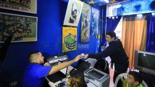 Un hincha de Boca se lleva en carné de su hijo. Foto UNO Diego Arias.