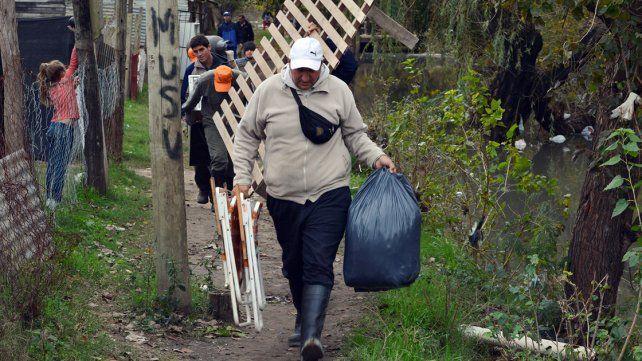Evacuados. Más familias entrerrianas debieron abandonar sus hogares; ayer sumaban 51.