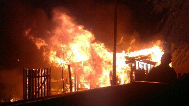 Se incendió una casilla y una vecina pudo salvar a un bebé que estaba en su interior