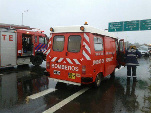 Una mujer murió y un hombre resultó gravemente herido al incrustarse una camioneta en un guardarraíl