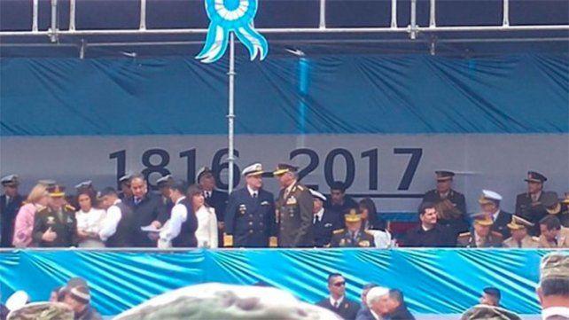 El Gobierno tuvo que salir a explicar la metida de pata histórica en el palco del 25