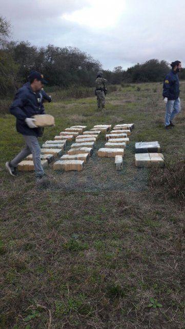 Cuatro detenidos cuando trasbordaban drogas de una avioneta a una camioneta, cerca de Villa Urquiza