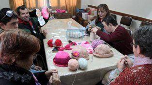 Fabrican pelucas de juego para niños en tratamiento oncológico y gorras de lana para abuelos