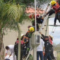 Los bomberos llegaron justo a tiempo para rescatar al abuelo.