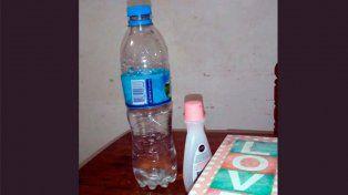 Una niña intoxicó a su maestra poniéndole quitaesmalte en el agua.