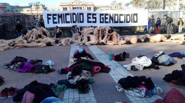 Mujeres se manifestaron desnudas frente a la Casa Rosada y Tribunales: Femicidio es genocidio