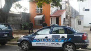 Escondido. El acusado estaba prófugo y fue detenido en esta propiedad.