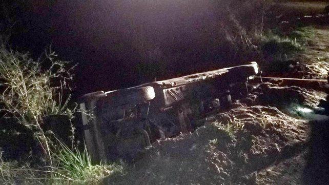 Conductor despistó y cayó a una alcantarilla con su auto