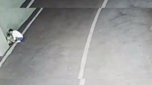 Video escalofriante: el momento en que una madre abandona a un bebé en un estacionamiento