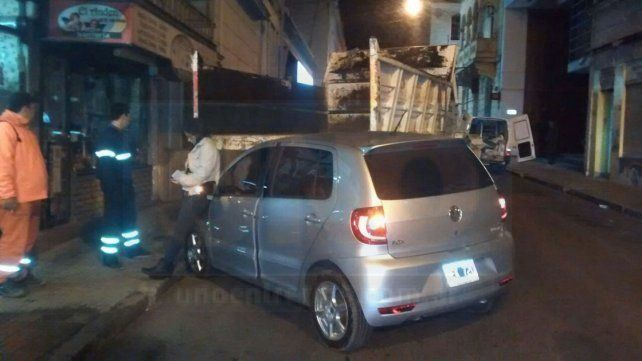 Un camión de la Municipalidad chocó un auto en el centro de Paraná
