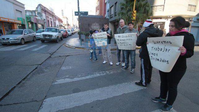 Cortaron calle La Paz en reclamo de indemnizaciones y sueldos adeudados