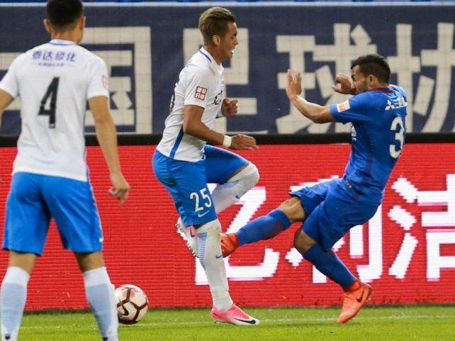 Tevez metió una tremenda patada en China