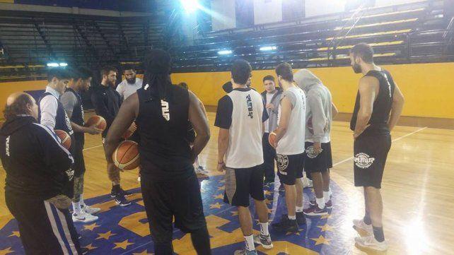 El AEC entrenó ayer en La Bombonerita. Va por su único triunfo de visita en la temporada.