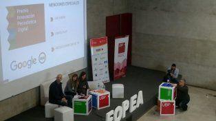 El momento en que los integrantes deGoogle y MediaLabFopea realizaron el anuncio.