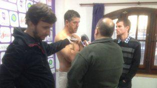 El técnico de Villa Dálmine cumplió con su promesa y dio la conferencia sin ropa