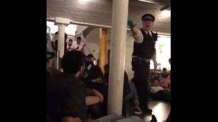 Video: el momento en que la Policía evacúa uno de los lugares atacados en Londres