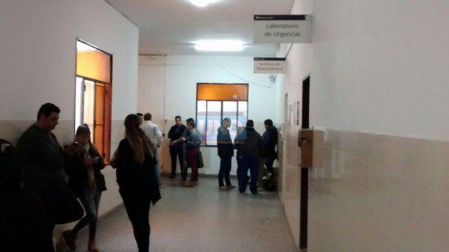 Los familiares del adolescente recibieron el último parte médico a las 17 en el hospital San Martín. Foto UNO Javier Aragón.