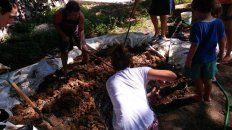 Pisando el barro para fabricar los ladrillos. Foto Luz del Ibirá.