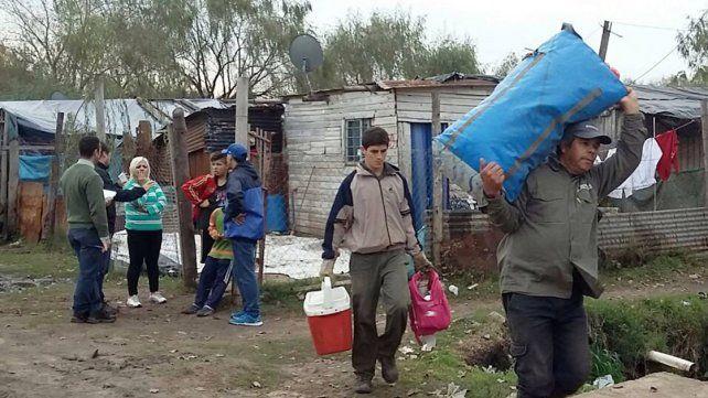 Preventivas. Con el paso de las horas más familias dejaron sus casas antes de que llegue el agua.