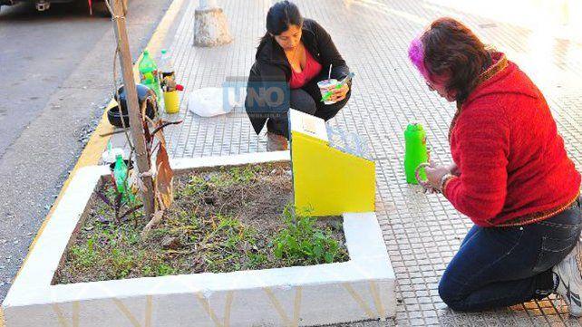 Presente. La mamá acondicionó hoy la placa recordatoria. Foto UNO Juan Manuel Hernández.