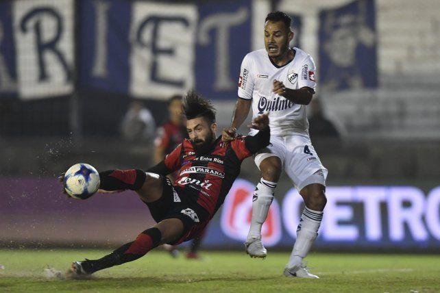 Nicolás Bertochi el auto del gol de Patronato impactando el balón. Foto Télam.