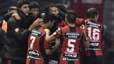 Los hombres del Rojinegro celebran el gol tan ansiado. Foto Telam.