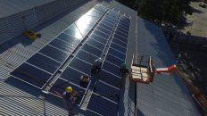 Solar. Los paneles están en el techo de los almacenes de Enersa.
