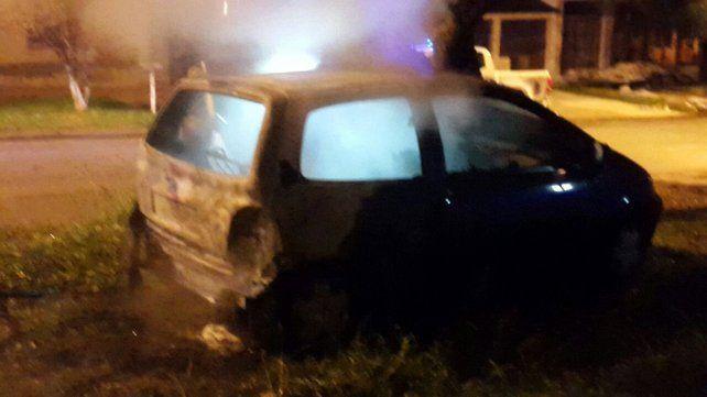 Un auto se incendió y lo apagaron antes que ocasione una tragedia