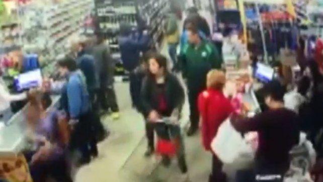 Cámaras de seguridad registraron cuando dos jóvenes robaban en un supermercado