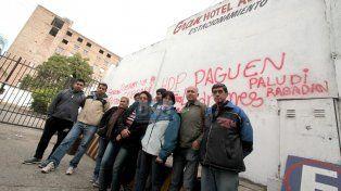 Dolor y bronca. El día del cierre los trabajadores expresaron su malestar con pintadas.