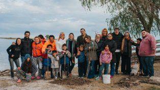 Sus alumnos. Montenegro ayuda a estudiar a 22 personas del pequeño pueblo.
