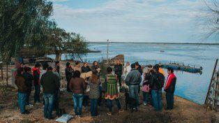 Una posta de Puerto Ruiz y la comunidad educativa de la escuela. Foto GentilezaLuis Giménez Beresiartú.