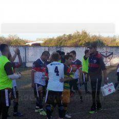Saludo final entre los protagonistas del clásico del sudoeste de Paraná. Fue victoria de Ciclón del Sur por 5 a 1 ante San Miguel por la sexta fecha del torneo de ascenso de la LPF. Foto UNO/ Lautaro López Díaz.
