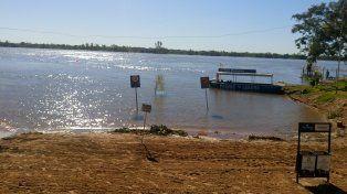 El río sigue subiendo y cada vez queda menos playa en el balneario municipal.