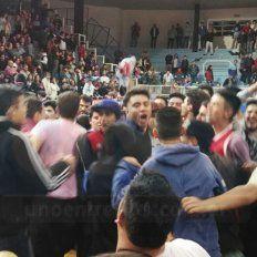 Los jugadores de Olimpia festejando con los hinchas tras conseguir el ascenso al torneo Federal de básquet. Foto UNO Lautaro López