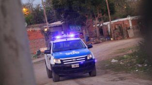 La policía entra y sale de la villa. Foto UNO Juan Ignacio Pereira.