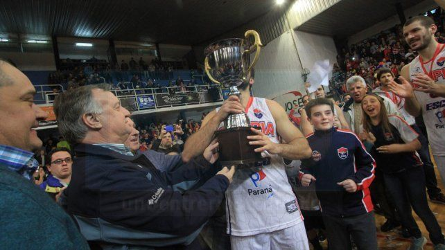 El secretario de deportes de la provincia haciendo entrega de la copa. Foto UNO Juan Ignacio Pereira
