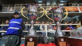 Las copas para los campeones. Tras la final del sábado se realizó la entrega de premios a los jugadores y entrenadores.