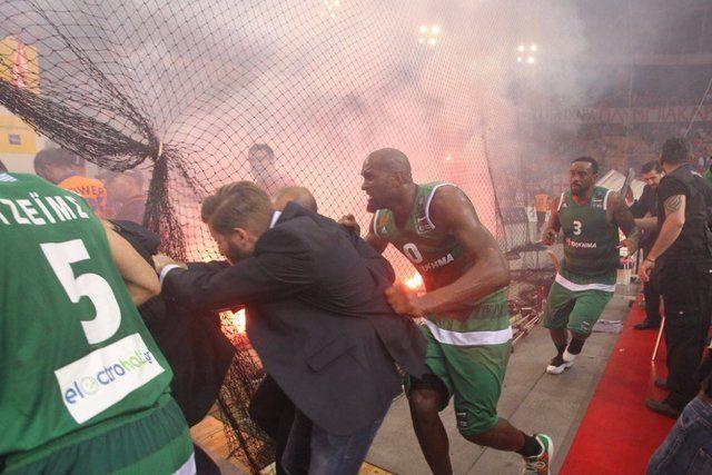 Violento final en la definición de la liga de basquet griega