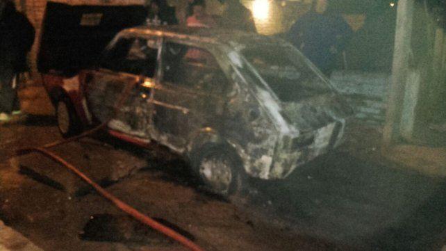 Destrozado. Por el fuego no quedó nada dentro del auto.
