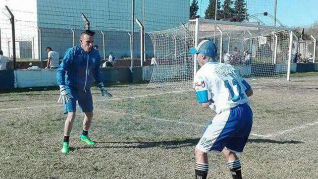 Es el arquero titular de Sportivo Urquiza. Gastón Sturtz ocupa el lugar de Roque Vallejos