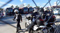 Los policías custodian a los colectivos desde la cabecera.