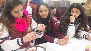 Las alumnas experimentaron en el laboratorio.