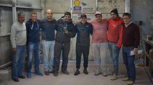 Hay equipo. Mariano Werner ayer en el taller con parte de su team que está trabajando en la puesta a punto del Ford del TC.