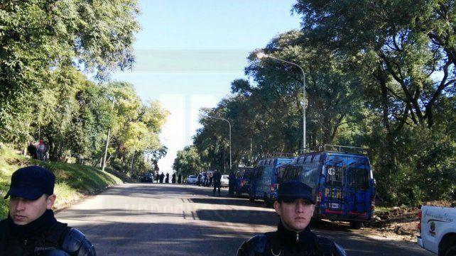 En medio de un fuerte operativo policial desalojan a una familia en calle Churruarín