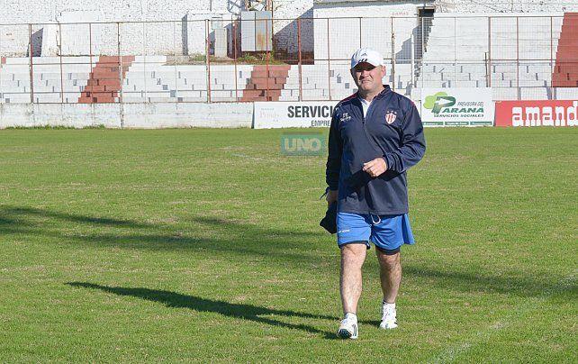 El entrenador llegó con cara de pocos amigos y enseguida se metió a la cancha para realizar la primera práctica. Foto UNO Juan Manuel Hernández.