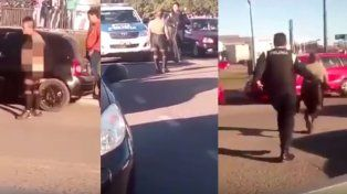 Se desnudó en la vía pública y un policía la corrió a latigazos